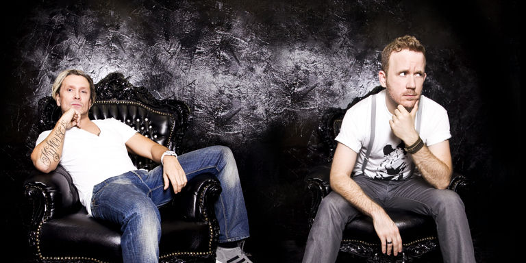 Lissat & Voltaxx on sofa